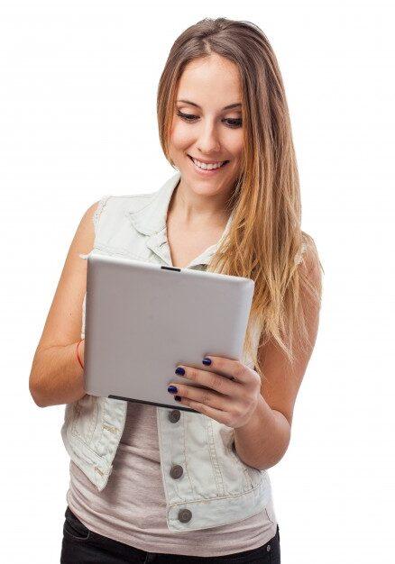 fille-qui-joue-tablette_1149-281